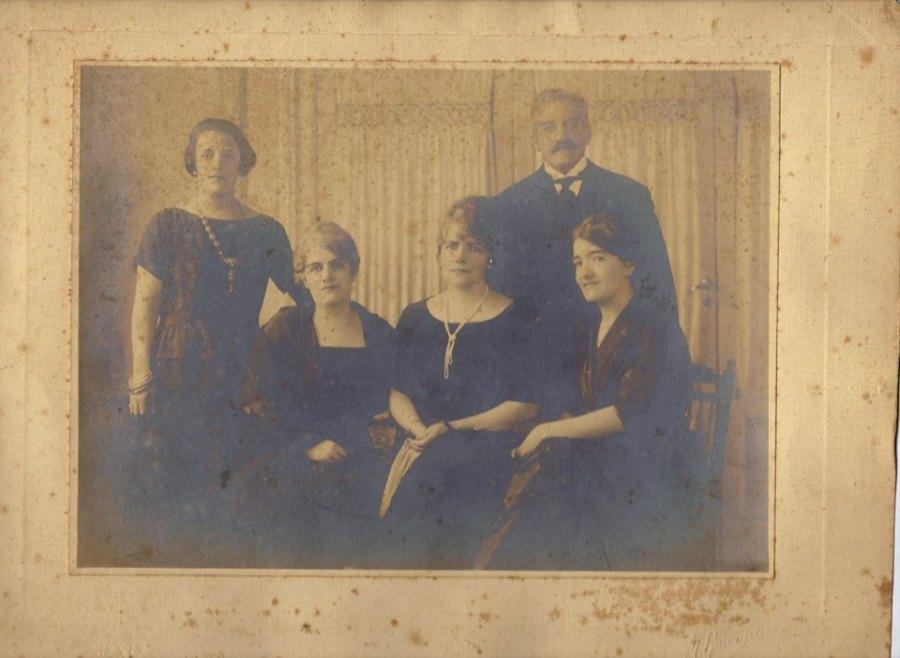 Seus irmãos: Albertina Guedes Nogueira, Carolina, Olívia, Altimira Guedes Penteado e José Guedes.