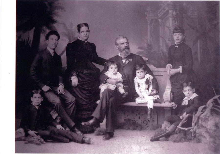 Família Guedes . Da esquerda para a direita José, Alfredo, Baronesa e Barão de Pirapitinguy, tendo em seu colo Altimira, sentada no banco Carolina, em pé apoiada Olívia e Mário.