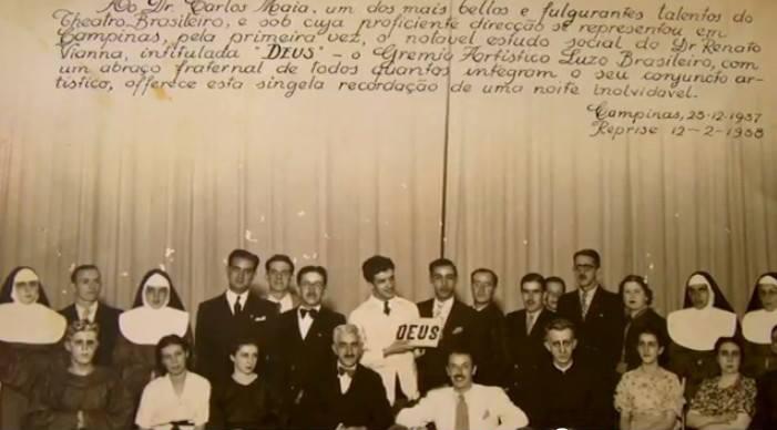 Grêmio Artístico Luso-Brasileiro, em 25/12/1937. Carlito está na primeira fileira de terno branco.