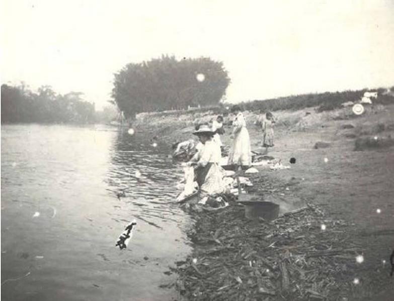 Rio Atibaia, em 1900(lavadeiras). Coleção Austero Penteado.