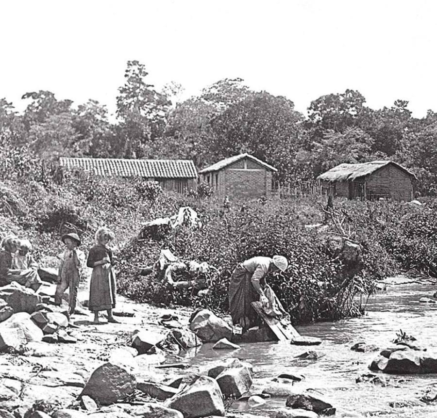Rio Atibaia(lavadeiras), por volta de 1900. Coleção Austero Penteado.