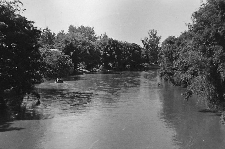 Rio Atibaia, na década de 1970 (visto da Ponte Ademar de Barros).
