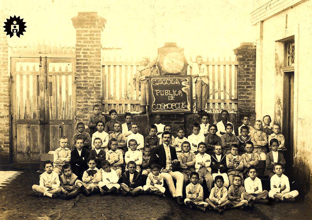 "1905... Professor Felício Marmo entre sua turma de alunos, oficialmente a primeira escola pública de Cosmópolis. Acervo ""Cosmopolense, Adriano  Rocha"""