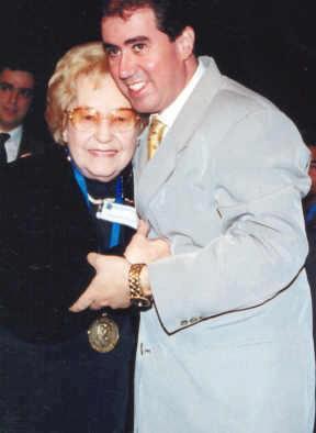 Jessy, recebendo a medalha Carlos Gomes, de Jonas Donizette, em 14.07.2000