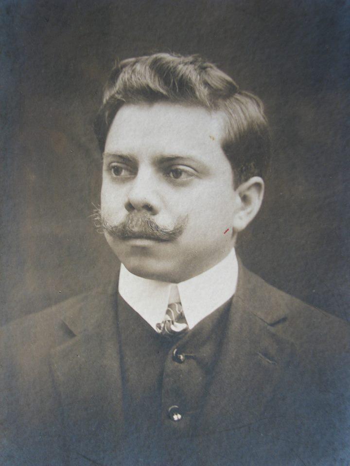 Seu padrasto, Arthur Bastos.