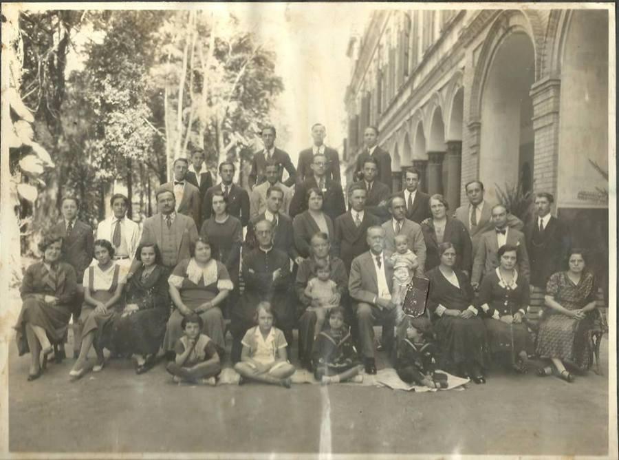 Seu genro, Antonio B. de Castro Mendes, sua filha,  Brasilina América e família reunidos, no Liceu Salesiano, após a missa de Bodas de Ouro do casal, em 18.11.32.