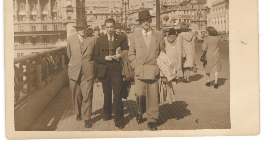Álvaro Cotomacci, à direita,  no Viaduto do Chá, década de 1940.