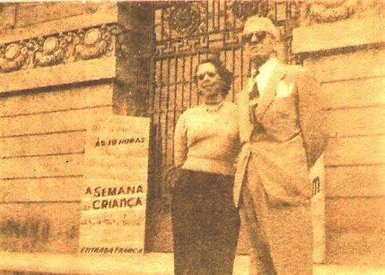 Dirce e Álvaro Cotomacci, em frente ao antigo Teatro Municipal de Campinas, em 1959