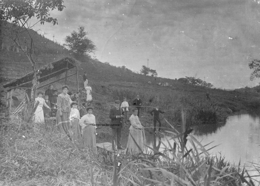 Antonio B. Castro Mendes e família pescando, no Rio Atibaia.