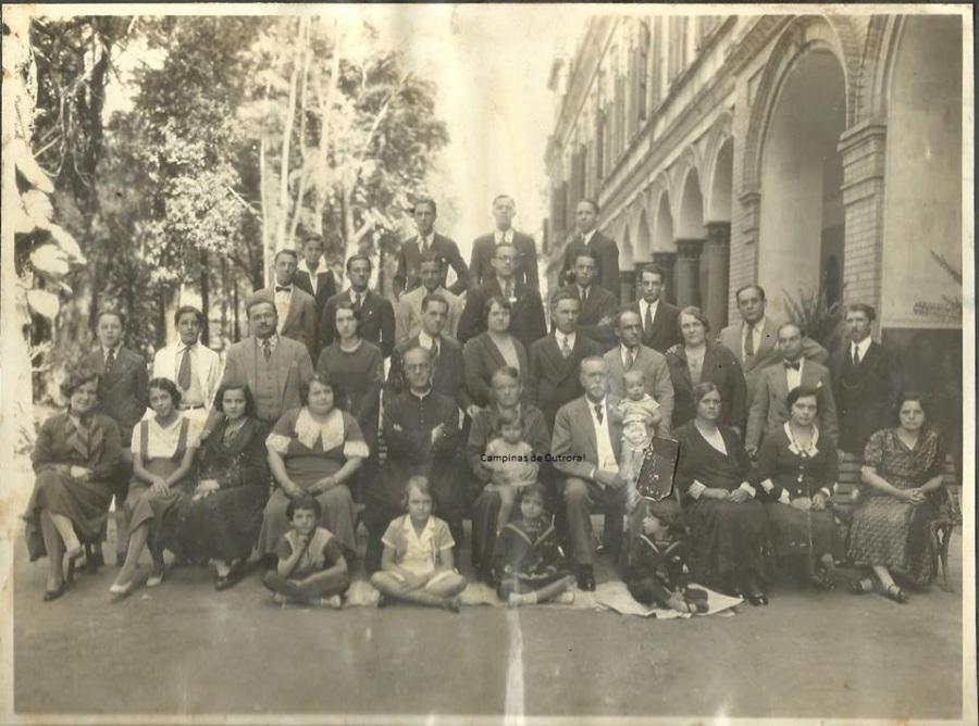 Antonio B. de Castro Mendes, Brasilina América e família reunidos, no Liceu Salesiano, após a missa de Bodas de Ouro, em 18.11.32.