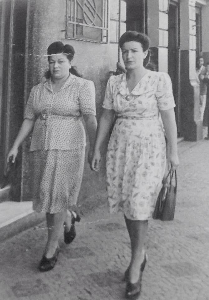 Rua Barão de Jaguara, esquina com a Rua General Osório, em 1944. Vemos Joaquina Baptista Pimazzoni e Olinda Baptista Monteiro.  Acervo
