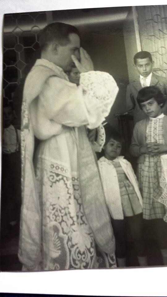 Padre Chiquinho, iniciando a missa na casa do Dr. Armando Ladeira de Araújo Teixeira e da Nininha, em 1957.