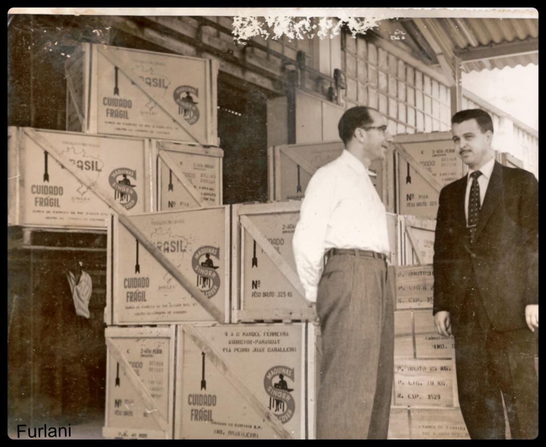 Alberto Furlani, Diretor de Logística da Singer, emitindo a primeira carga fabricada em 1950. Coleção particular de BRUNO FURLANI.