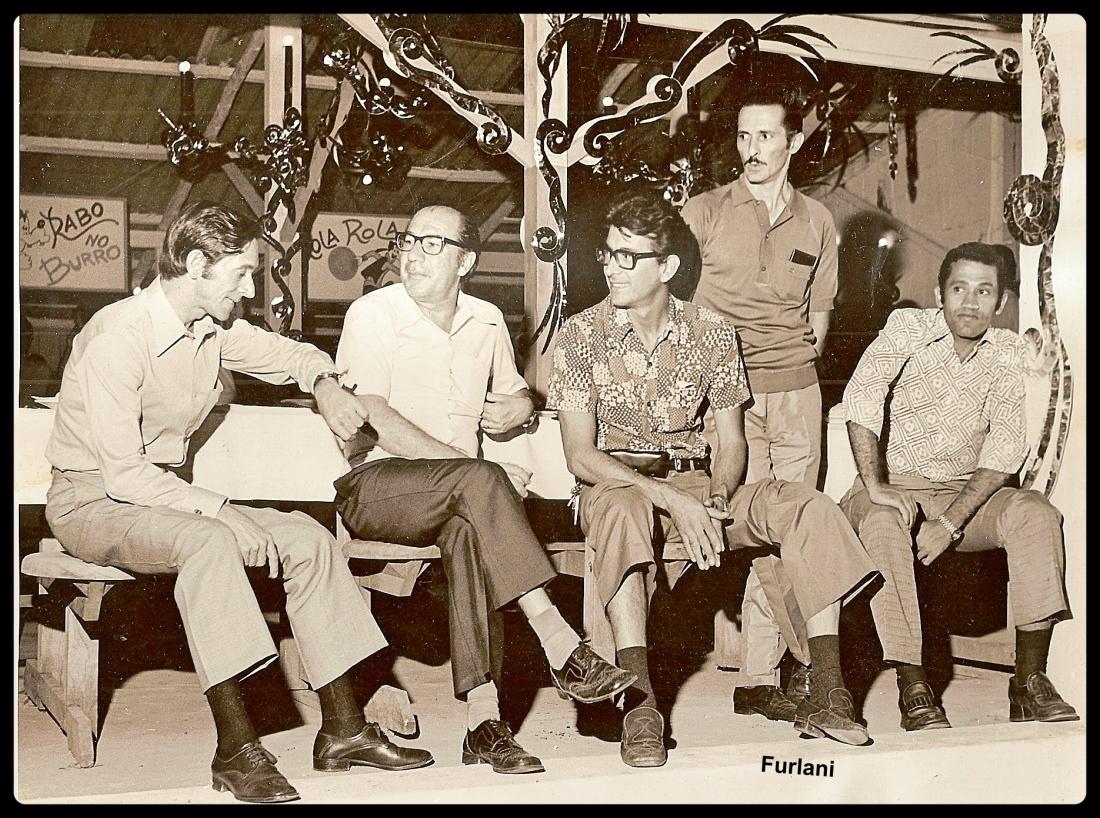 lberto Furlani, segundo, da esquerda para a direita, em conversa com colaboradores da Singer em festa Junina organizada por ele. Coleção particular de BRUNO FURLANI.
