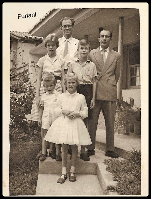 Alberto Furlani, recepcionando a família Foulcault da França, vieram contratados pela Singer do Brasil.  Coleção particular de BRUNO FURLANI;